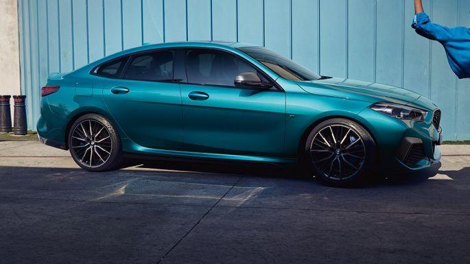 Accattivante silhouette da coupé della BMW Serie 2 Gran Coupé Snapper Rocks Blue metallizzato F44, vista laterale