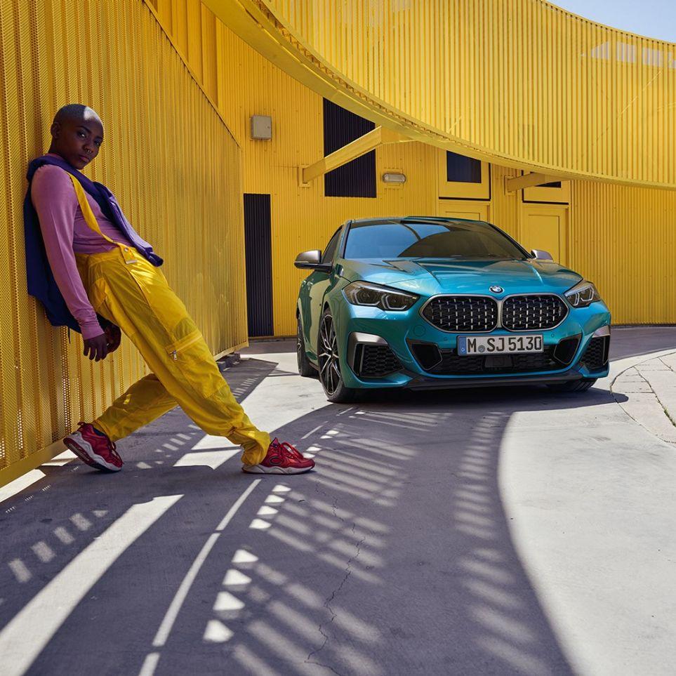 BMW Serie 2 Gran Coupé con calandra a doppio rene con intreccio tridimensionale in Snapper Rocks Blue metallizzato F44,vista anteriore a tre quarti