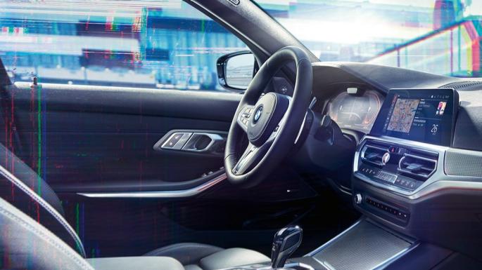 Primo piano degli interni della BMW Serie 3 Berlina con BMW Live Cockpit Professional.