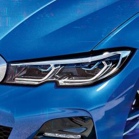 Primo piano laterale del gruppo ottico anteriore destro con BMW Laserlight.
