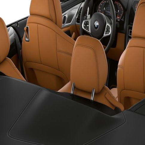 Interni della Nuova BMW M850i xDrive con capote in tessuto aperta.