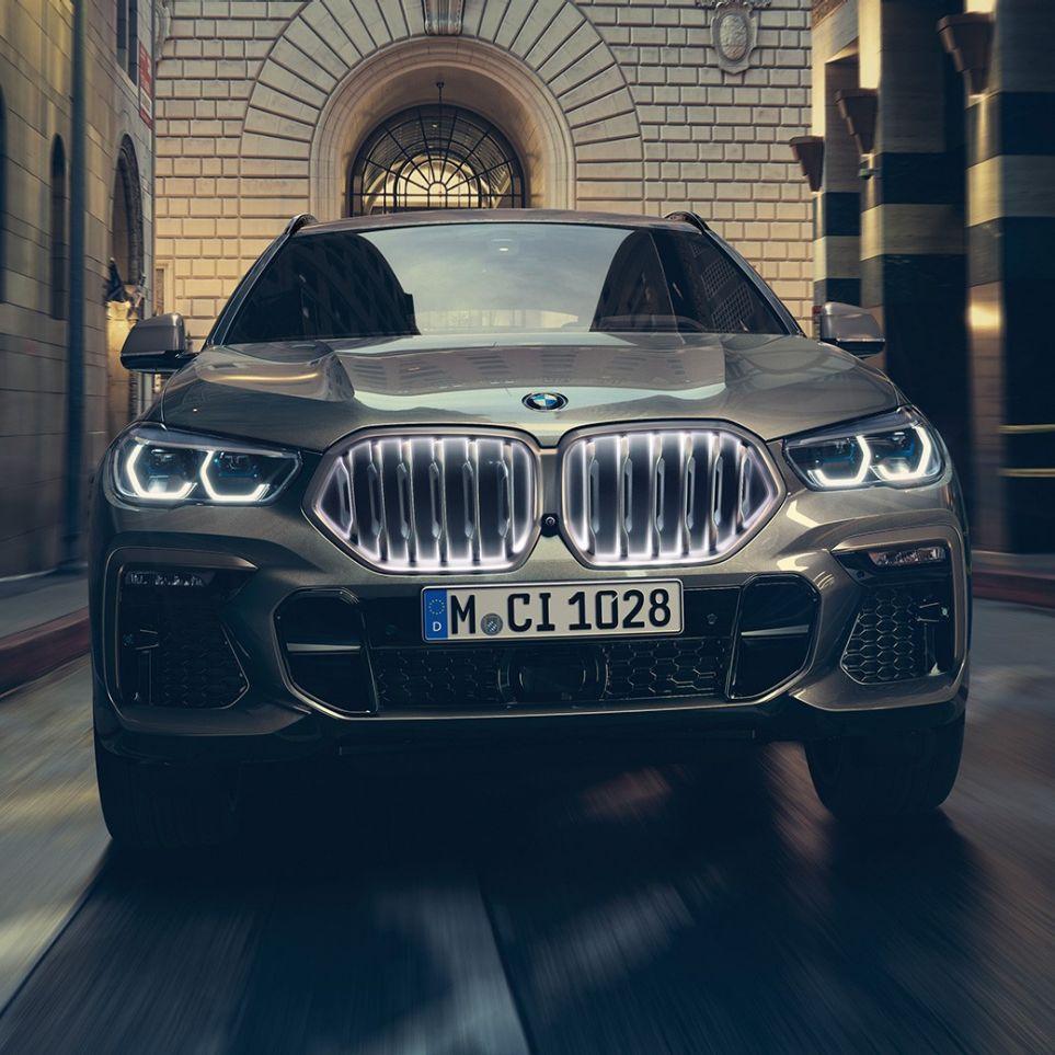 Vista frontale della BMW X6 in ambiente urbano.
