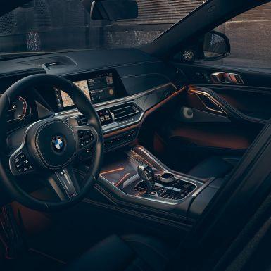 """Cockpit della BMW X6 con primo piano dei display da 12,3""""."""