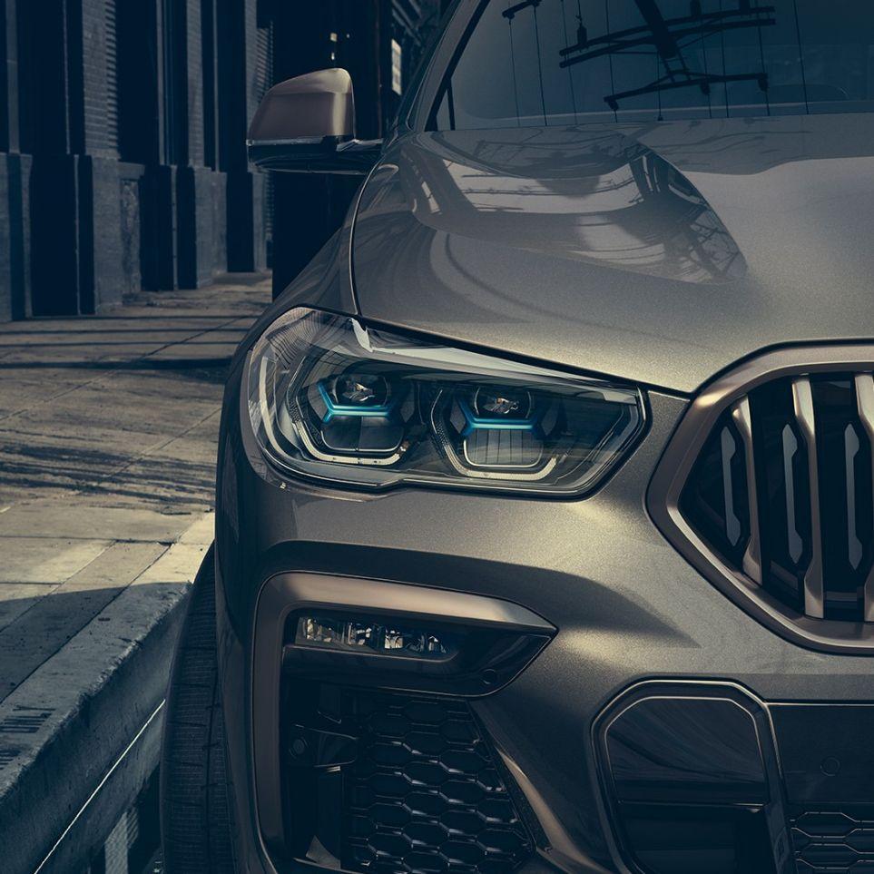 Ripresa della BMW X6 con primo piano della luce laser.