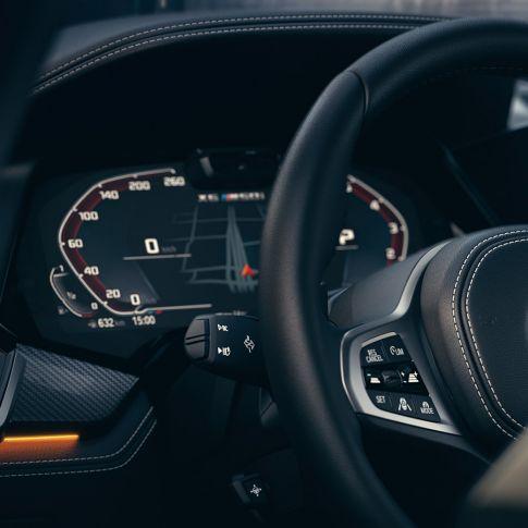 Ripresa degli interni della BMW con primo piano del quadro strumenti.