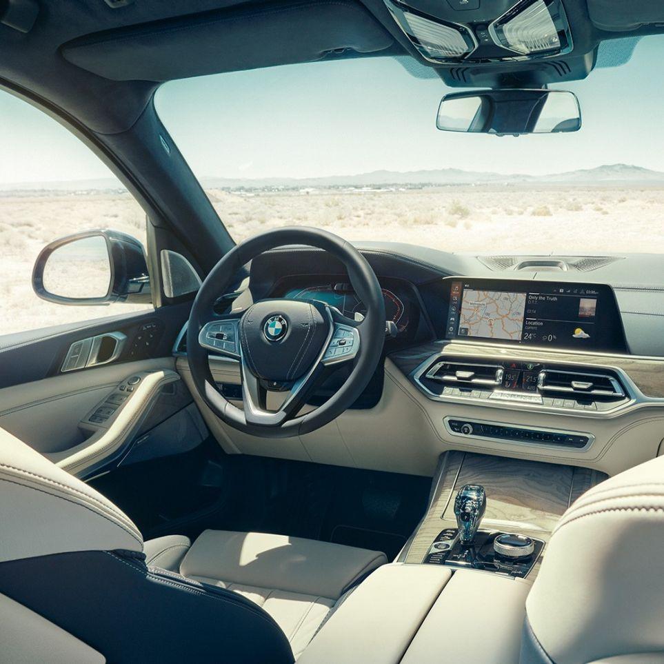 BMW Live Cockpit Professional: vista dalla parte posteriore della prima fila di sedili con vista del volante e della plancia strumenti