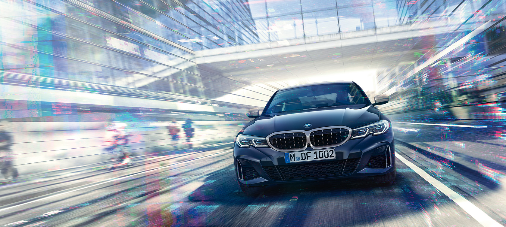BMW M340i xDrive Berlina G20 Sapphire Black metallizzato vista anteriore in movimento