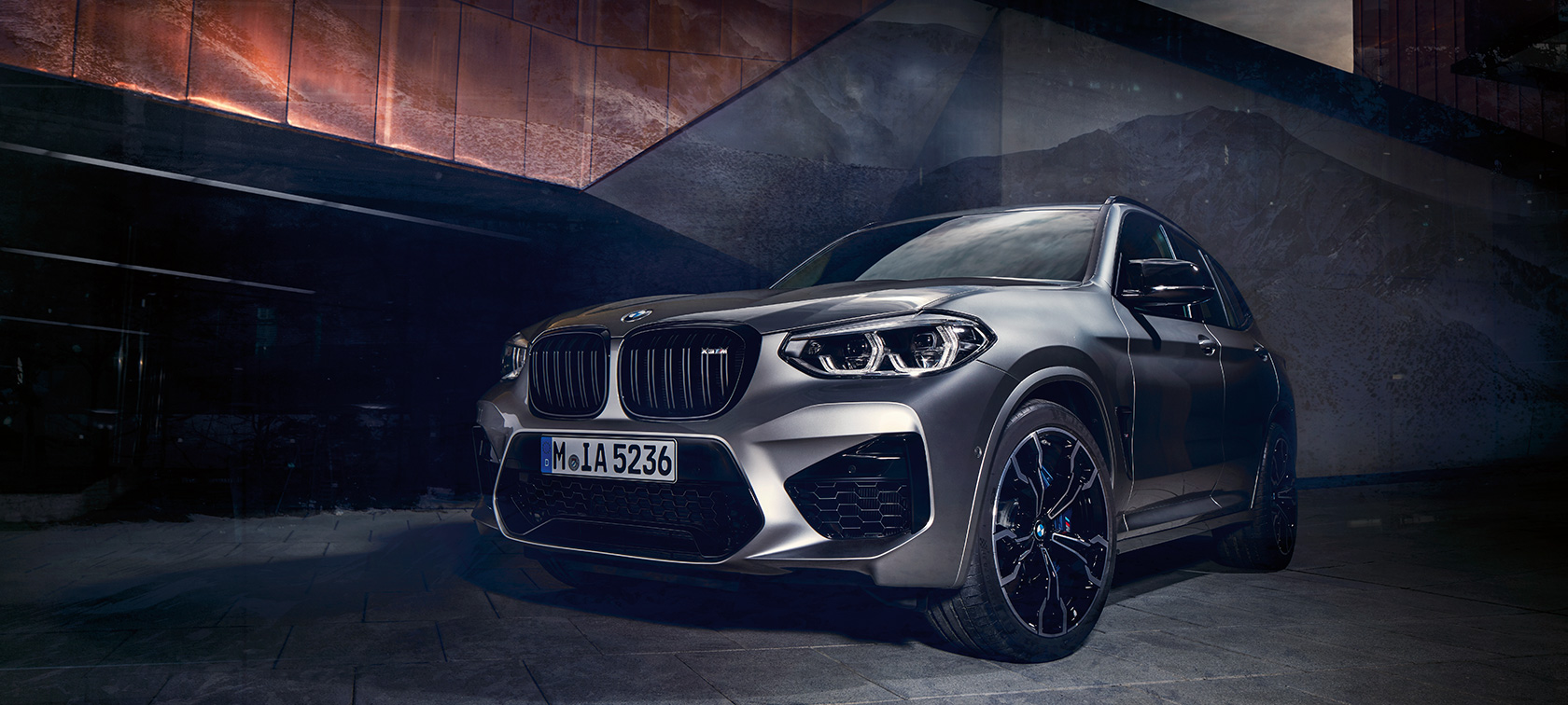 BMW X3 M Competition in Donington Grey metallizzato, esterni, vista anteriore a tre quarti. F97