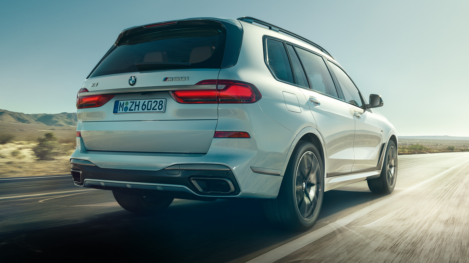 BMW X7 M50i in Mineral White, in movimento, vista posteriore, G07, 2019