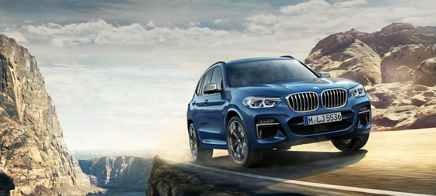 BMW X3 M40i in collina, ripresa in movimento