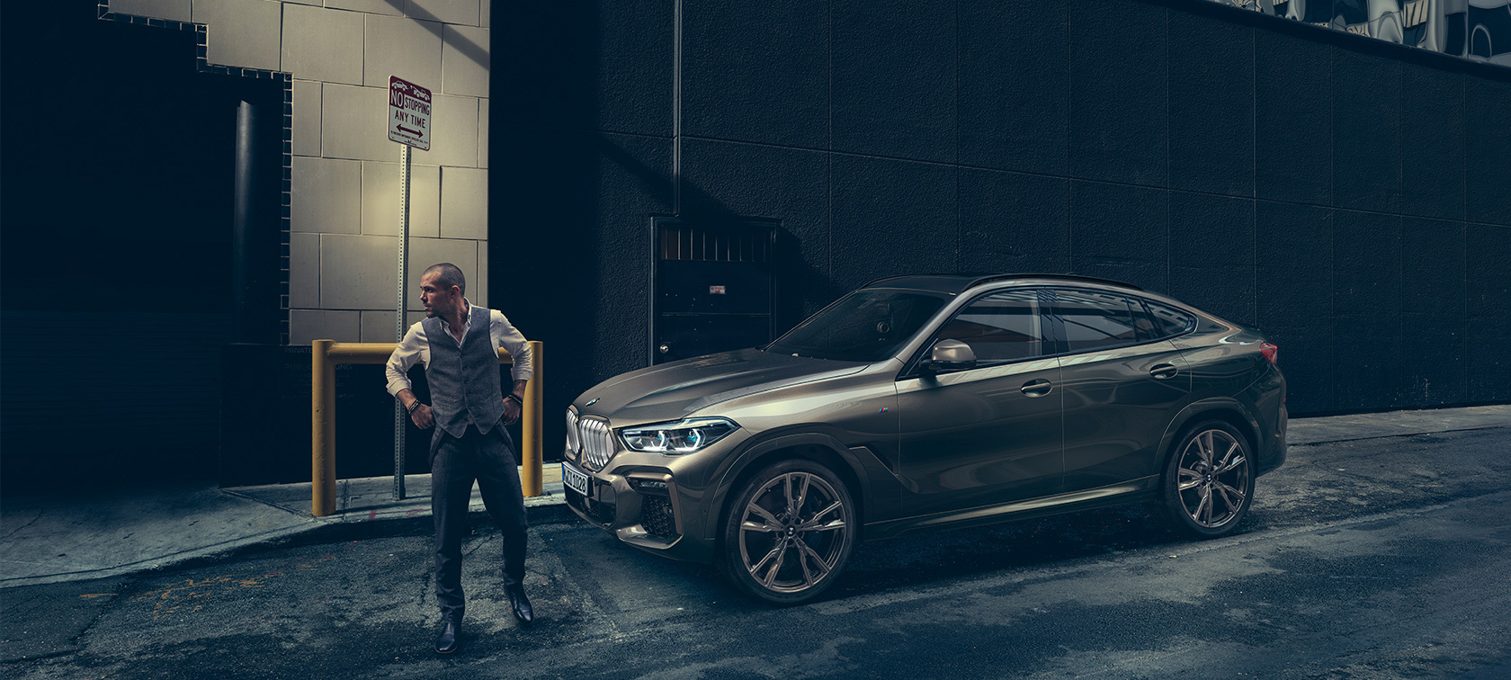 BMW X6, vista laterale in ambiente urbano.